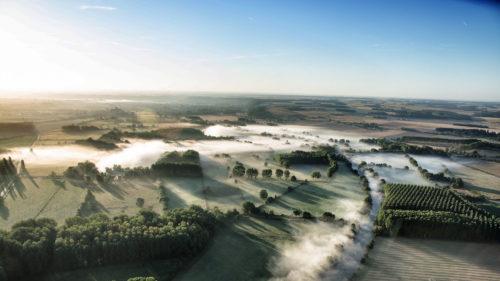 Brumes matinales vues d'une montgolfière
