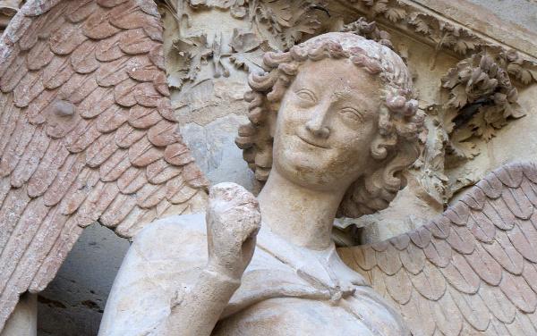 L'ange au sourire sur la façade de la cathédrale de Reims permet d'appréhenser le plaisir divin de voler