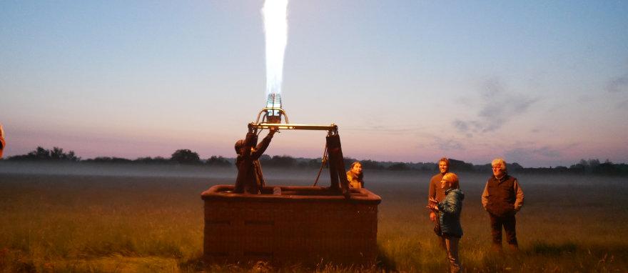 Tester les brûleurs avant le vol en montgolfière