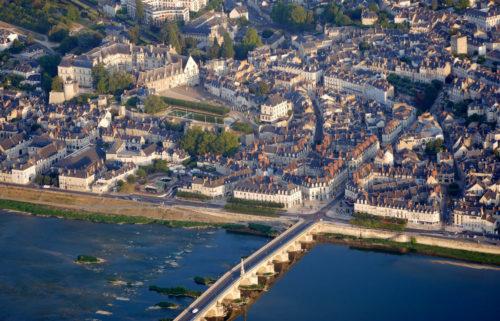 Admirez le patrimoine de Blois, avec son château en surplomb au-dessus de la Loire