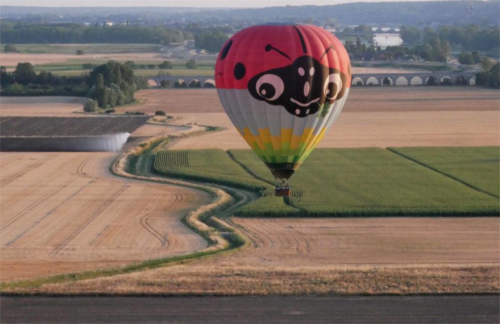 Voler en montgolfière pour découvrir le val entre Blois et Chambord. Convivialité du voyage doux pour prendre le temps de la découverte.