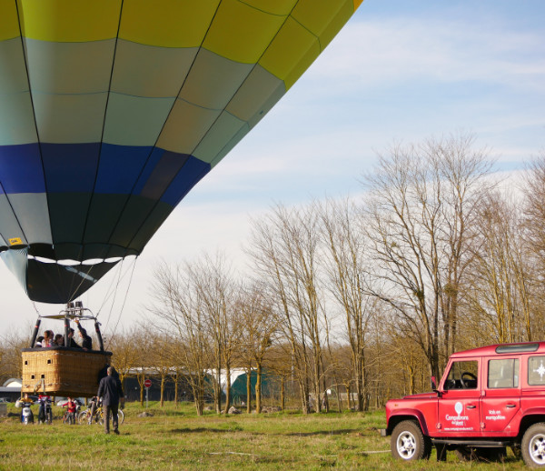 Un décollage tranquille où la montgolfière est en équilibre