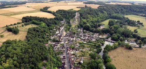 Lavardin, un des plus beaux villages de France. Le donjon du XIIème siècle domine la vallée du Loir.
