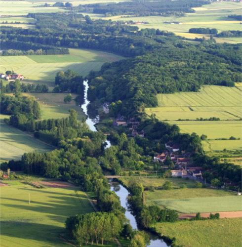 Le château de Rochambeau se blottit contre le coteau abrupt creusé pare Loir.
