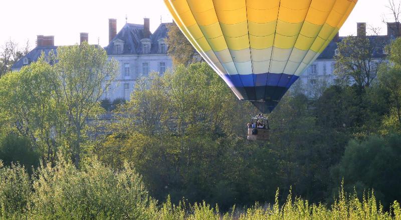 Découvrir le château de la marquise de Pompadour, un privilège en montgolfière