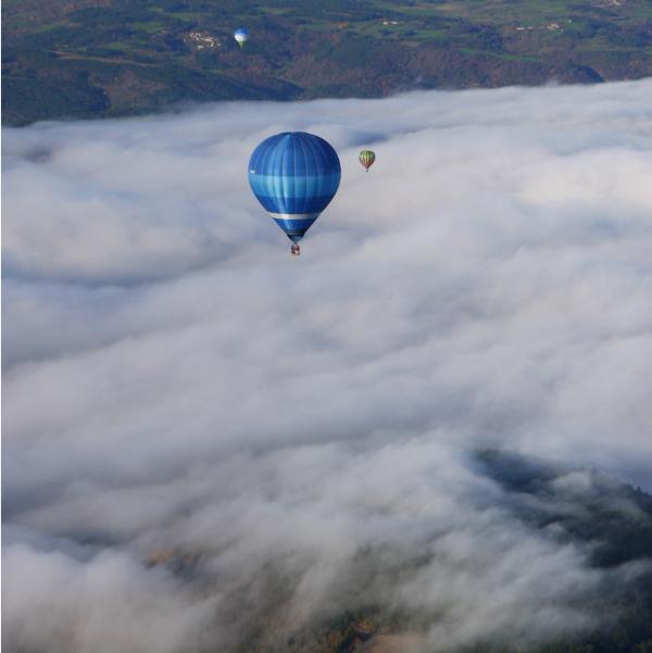 Brumes matinales des vols en montgolfière du matin.