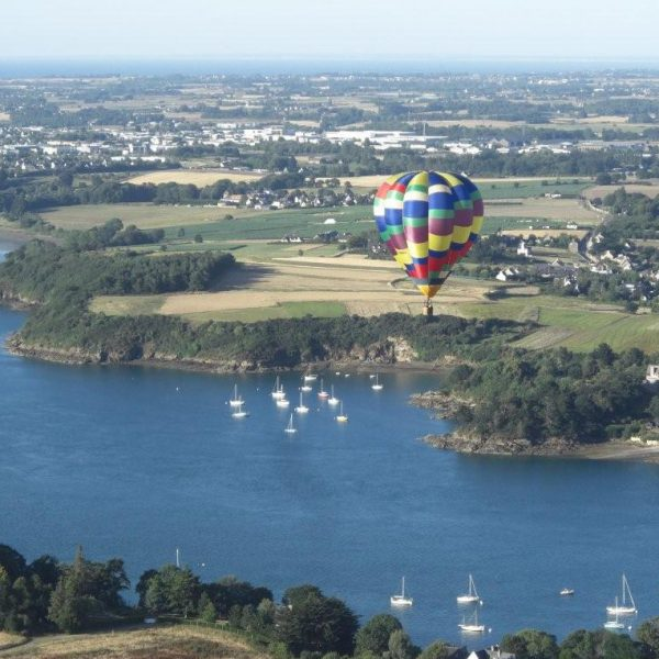 Au-dessus de La rance près de Saint-Malo, la montgolfière joue avec le vent