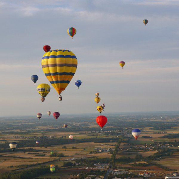 Les montgolfières se suivent dans l'air limpide et calme